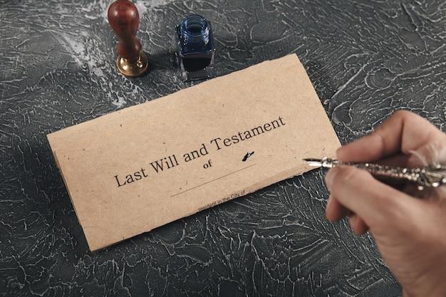 Avvocato e notaio concetto. mano maschile che tiene la penna e scrive su un documento notarile.