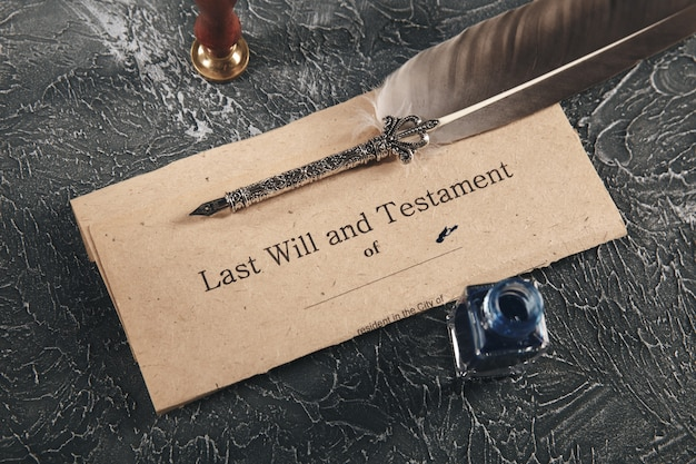 Avvocato e notaio concetto. vecchio documento cartaceo e penna sulla scrivania.