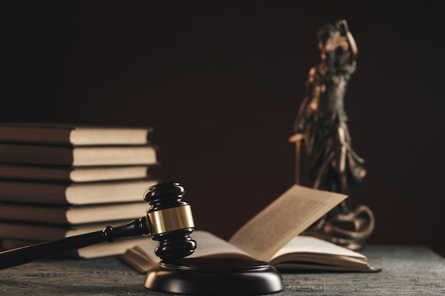 Avvocato e notaio concetto. martelletto di legno sul tavolo.