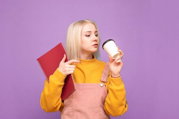 Donna emotiva attratta con libri e quaderni nelle sue mani