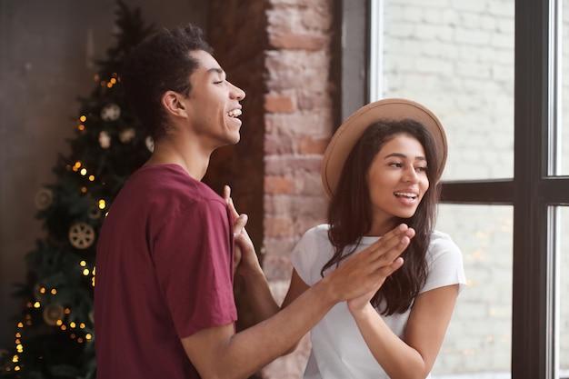 Attraente coppia afro-americana che balla a casa