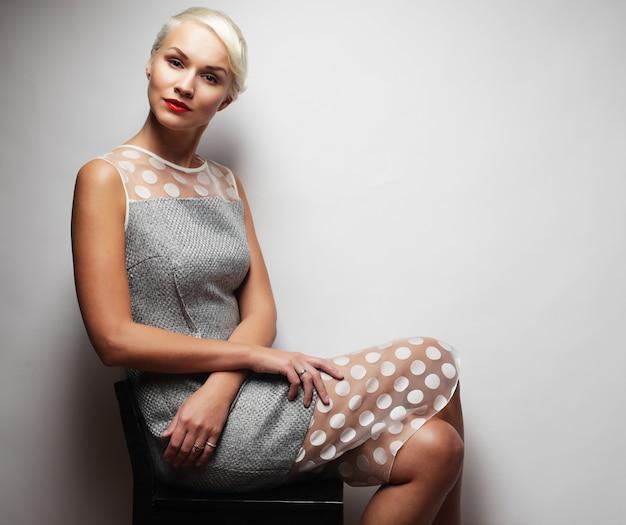 Attraente donna bionda, stile alla moda