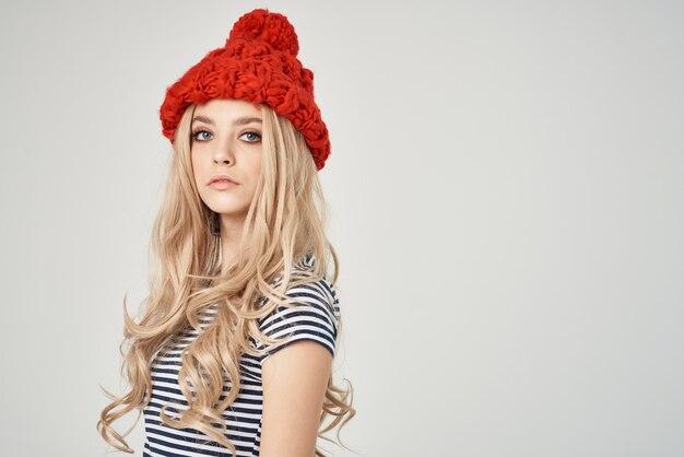 Attraente bionda con un cappello rosso in primo piano dall'aspetto attraente