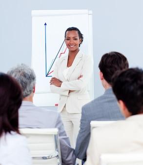 Attraente donna d'affari facendo una presentazione