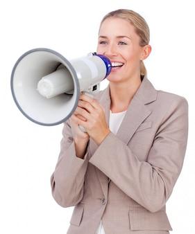 Donna di affari attraente che grida tramite un megafono