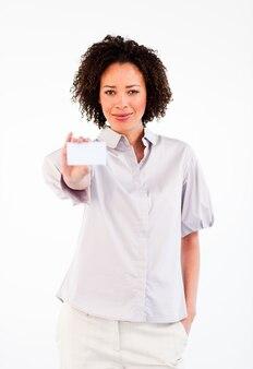 Donna di affari attraente che mostra carta bianca