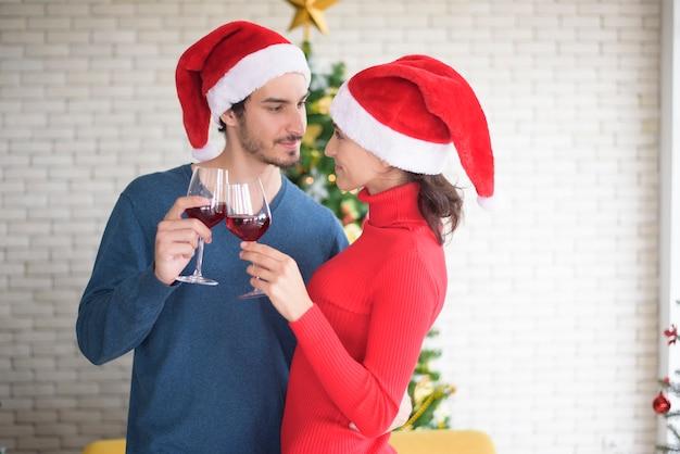 Le coppie caucasiche attraenti dell'amore stanno celebrando il natale in casa