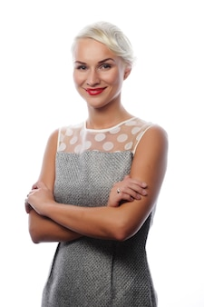 Attraente donna caucasica sorridente bionda su sfondo bianco