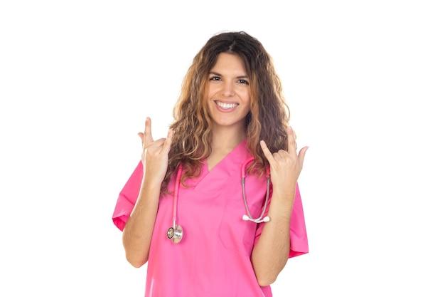 Attraente medico che indossa una divisa rosa isolata su uno sfondo bianco