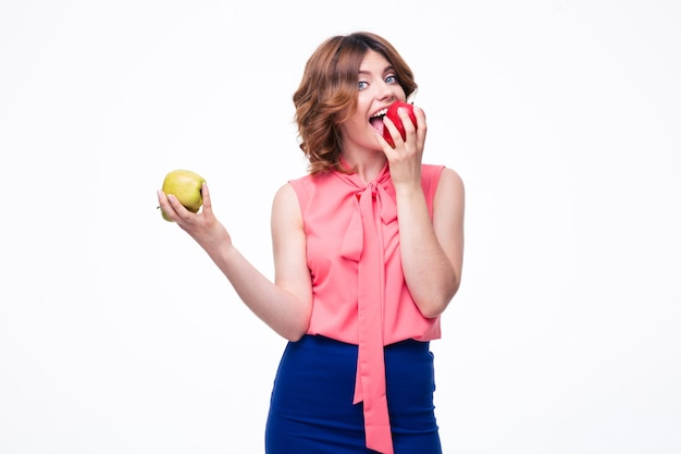 Donna elegante attraente che mangia mela