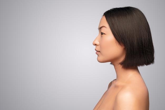 Attraente donna etnica con pelle pulita