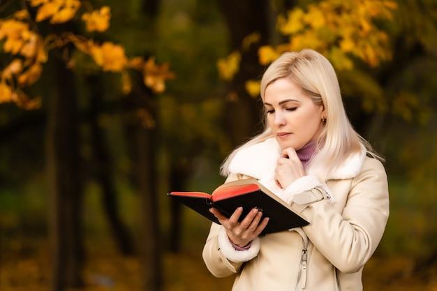 Lettura femminile attraente nel parco