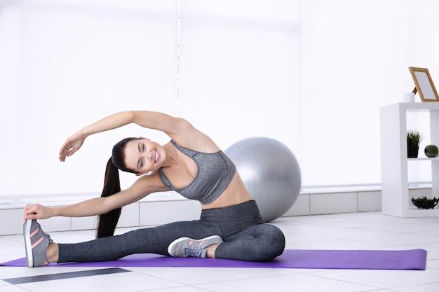 Attraente donna fitness esercizio a casa
