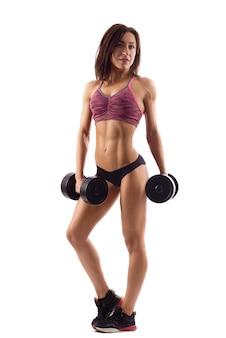 Attraente donna fitness con manubri
