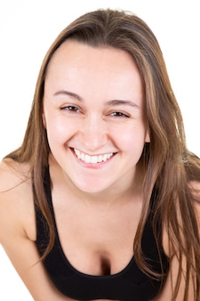 Ragazza attraente nel fronte sveglio felice del ritratto della giovane donna che sorride sul bianco Foto Premium