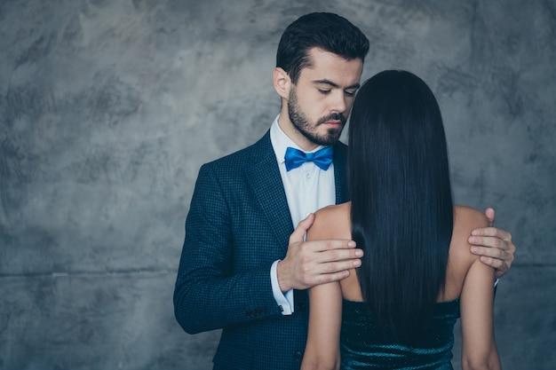 Coppie affascinanti attraenti che propongono insieme