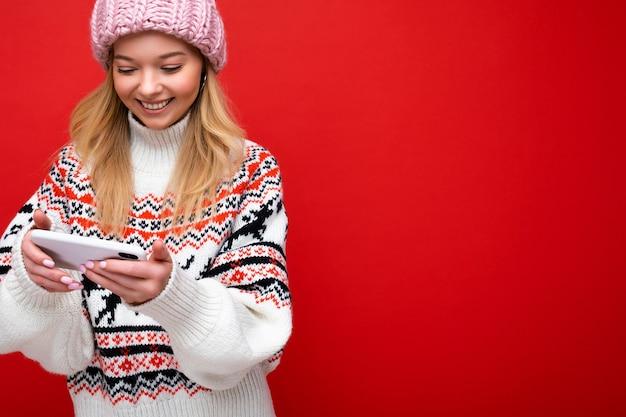 Attraente felice positivo bella giovane donna che indossa abiti eleganti casual