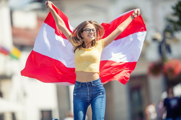 Attraente ragazza felice con la bandiera dell'austria.