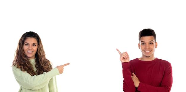 Giovani coppie multietniche felici attraenti isolate