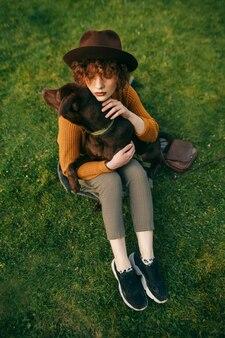 Attraente signora abbraccia e accarezza il cucciolo
