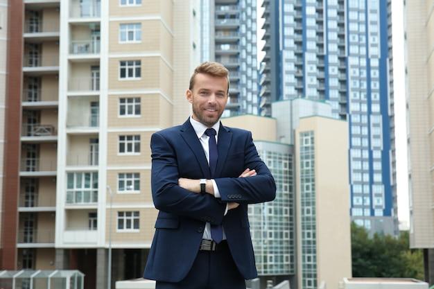Uomo attraente in abito formale sulla strada della città