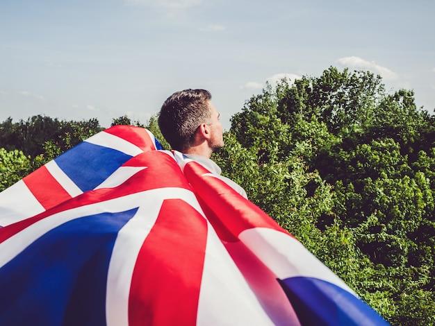 Uomo attraente che tiene bandiera australiana. festa nazionale