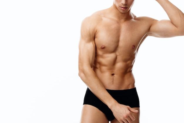 Uomo attraente con un fisico atletico e cubetti sulla forma fisica del bodybuilder dello stomaco