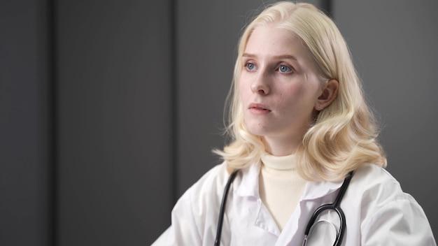 Medico femminile attraente di corsa mista che lavora nell'ufficio medico.