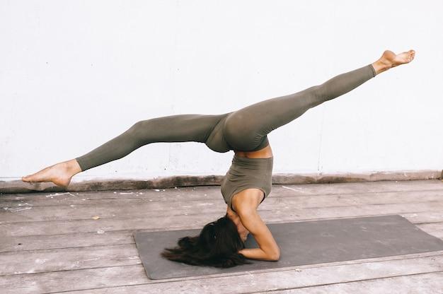 Modello attraente in posa yoga