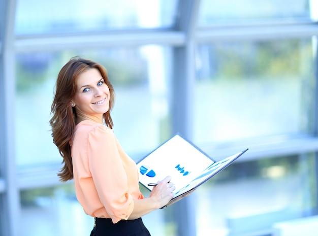 Attraente giovane imprenditrice moderna in ufficio