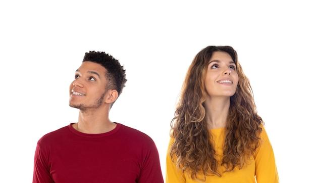 Giovani coppie multietniche felici pensierose attraenti isolate