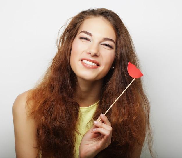 Attraente giovane donna allegra pronta per la festa