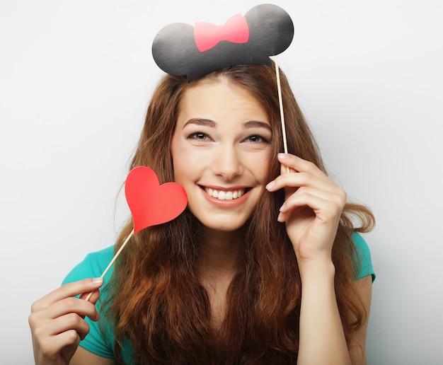 Attraente giovane donna giocosa pronta per la festa Foto Premium
