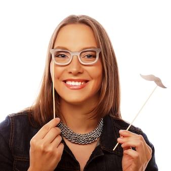 Attraente giovane donna giocosa pronta per la festa
