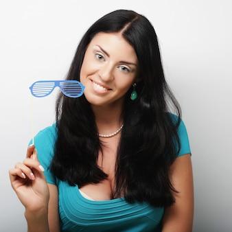 Attraente giovane donna giocosa con occhiali falsi Foto Premium