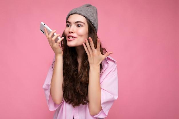 Attraente positiva bella giovane donna che indossa casual vestito elegante in bilico isolato
