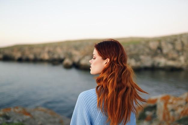 Attraente donna dai capelli rossi all'aperto aria fresca montagne rocciose viaggiano