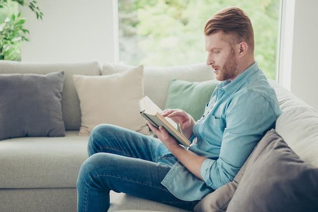 Ragazzo attraente rossa a casa sul divano