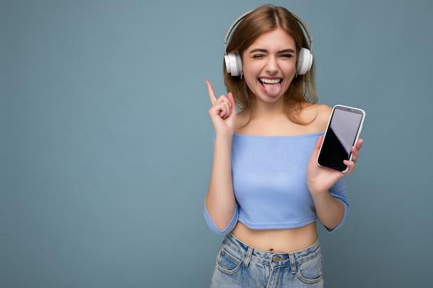 Giovane donna sorridente positiva sexy attraente che porta vestito casuale alla moda isolato su variopinto