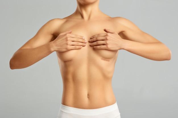 Donna attraente, snella con corpo nudo sexy in piedi e in posa.