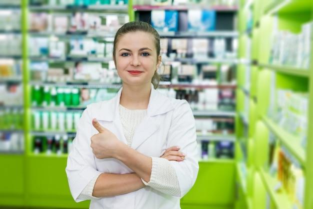 Attraente donna sorridente farmacista posa in farmacia