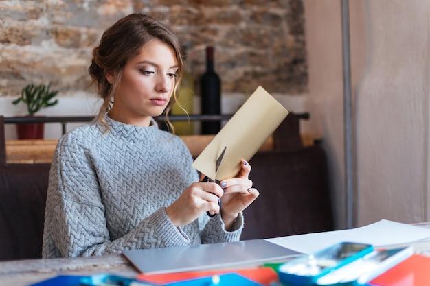 Carta da taglio donna attraente