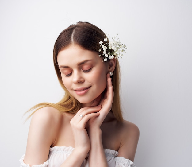 Attraente donna decorazione acconciatura glamour sfondo chiaro