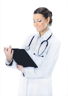 Medico donna attraente con i risultati dello studio. isolato su uno sfondo bianco.