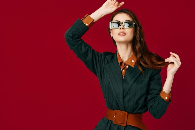 Donna attraente che gesturing con le mani che posano la fiducia in se stessi di modo