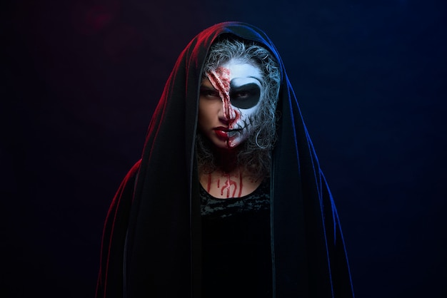 Donna attraente in costume di halloween con il trucco scheletro