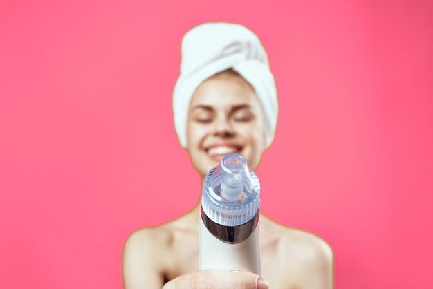 Attraente donna nuda per la cura della pelle rosa sfondo