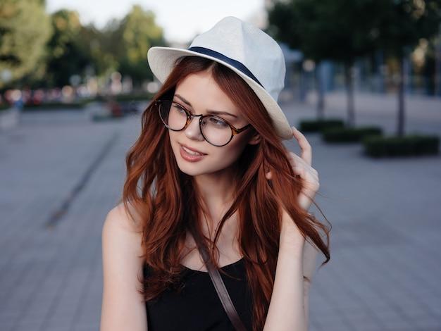 La donna attraente all'aperto cammina riposa i viaggi emozioni