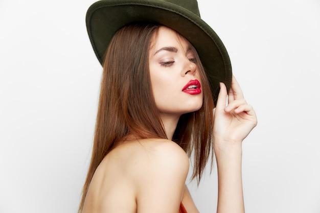 Attraente donna labbra rosse cappello fascino ritagliata stile di vita sguardo.