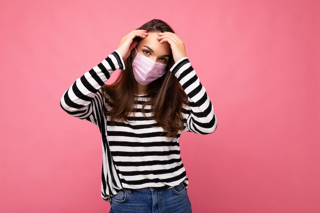 Donna attraente che indossa una maschera facciale mediale media